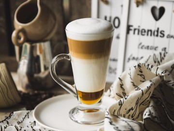foodiesfeed.com_caffè-latte-with-perfect-foam